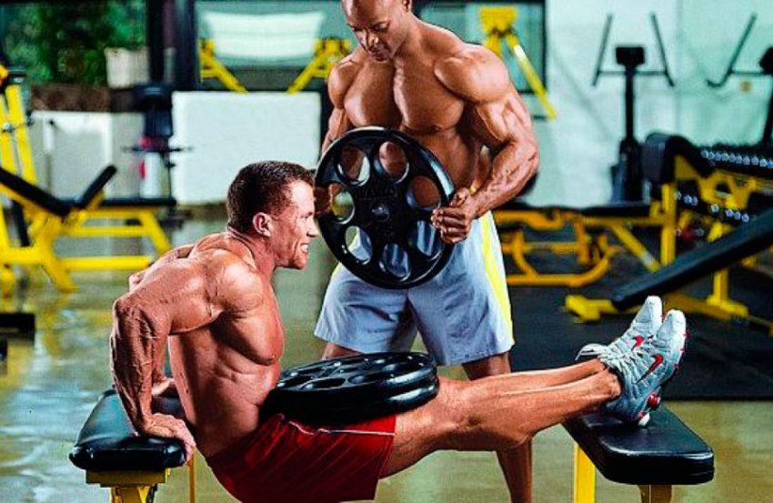 Выполнение упражнения с утяжелителем