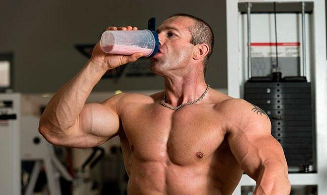 протеин бодибилдер пьет