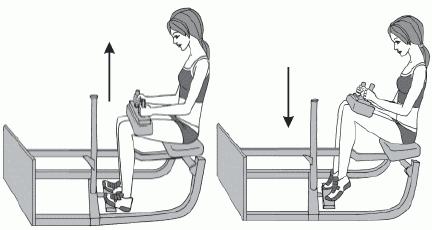 Подъем на носки сидя в тренажере: девушка
