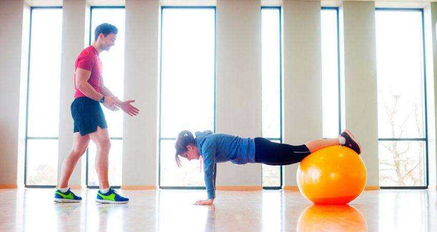 Чем полезны регулярные тренировки с фитболом