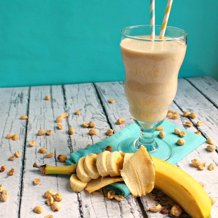 Банановый коктейль с маслом арахиса
