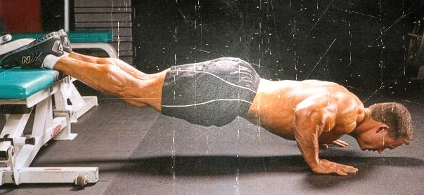 С широким хватом на прокачку грудной мускулатуры