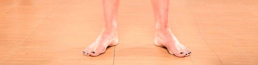 Одна или обе ступни развернуты наружу